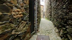 Una calle estrecha con las casas rústicas en pueblo del esquisto de Pena almacen de metraje de vídeo