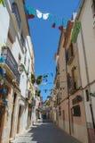 Una calle estrecha en el viejo centro de Benissa, Costa Blanca, España imagenes de archivo