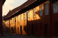 Una calle estrecha en Malaca por la mañana fotos de archivo