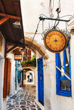 30 06 2016 - Una calle estrecha por completo de tiendas y de restaurantes del tradtitional en la ciudad vieja de Naxos Foto de archivo libre de regalías
