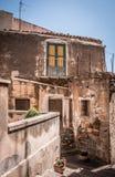 Una calle hermosa de la ciudad siciliana Imágenes de archivo libres de regalías