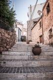 Una calle hermosa de la ciudad siciliana Imagen de archivo libre de regalías