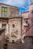 Una calle hermosa de la ciudad siciliana Fotos de archivo libres de regalías