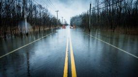 Una calle inundada con el cielo cubierto Foto de archivo libre de regalías