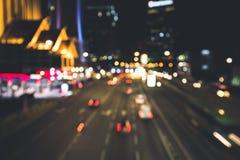 Una calle muy transitada adonde la gente viaja y dirige negocio Imágenes de archivo libres de regalías