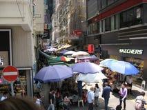Una calle peatonal estrecha ocupada en la isla principal, Hong Kong foto de archivo