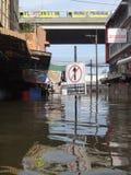 Una calle se inunda en Rangsit, Tailandia, en octubre de 2011 fotos de archivo libres de regalías