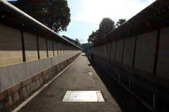 Una calle tranquila en el medio de Kyoto Derecho al lado de un templo A fotos de archivo libres de regalías