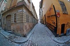 Una calle vieja en el área de Gamla Stan (la ciudad vieja) de Estocolmo fotos de archivo