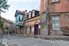 Una calle vieja típica en Tbilisi, capital de Georgia, el Cáucaso fotografía de archivo