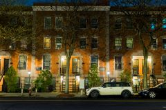 Una calma e una scena serena di notte che mostrano una via vuota e calma nella vicinanza del Harlem di New York immagini stock
