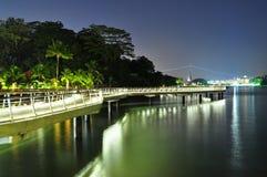 Una calzada costera por noche con la reflexión Fotos de archivo