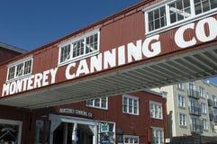 Una calzada de arriba cruza fila de la fábrica de conservas en Monterey, CA imágenes de archivo libres de regalías