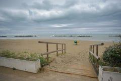 Una calzada de madera en la arena Imagen de archivo