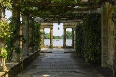 Una calzada del enrejado que lleva al lago Hever Foto de archivo
