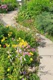Una calzada en el jardín Foto de archivo libre de regalías