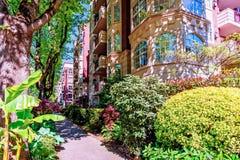 Una calzada peatonal en la ciudad, cerca de casas de varios pisos con Imagen de archivo