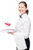 una camarera de 30 años hermosa con los vidrios de vino rojo Imagen de archivo libre de regalías