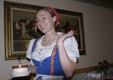 Una cameriera di bar sorridente al ristorante di enders immagini stock libere da diritti