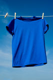 Una camiseta azul Imágenes de archivo libres de regalías