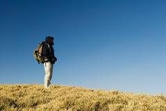 Una camminata del viaggiatore con zaino e sacco a pelo Fotografia Stock