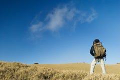 Una camminata del viaggiatore con zaino e sacco a pelo Fotografia Stock Libera da Diritti