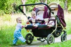 Una camminata splendida di due gemelli delle ragazze Immagini Stock