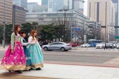 Una camminata turistica di tre femmine fuori del palazzo di Gyeongbokgung che indossa traditi coreano immagini stock libere da diritti