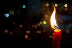 Una candela brucia nella notte Fotografia Stock