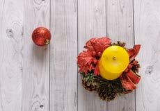 Una candela gialla e un pino del nuovo anno si avvolgono su un vecchio fondo di legno Fotografia Stock Libera da Diritti