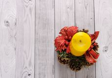 Una candela gialla e un pino del nuovo anno si avvolgono su un vecchio fondo di legno Immagini Stock Libere da Diritti