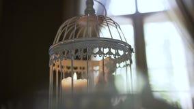 Una candela in una lanterna ed in un piccolo angelo decorativo Chiuda su, di una candela bruciante in una torcia elettrica video d archivio