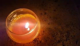 Una candela nella notte immagini stock libere da diritti