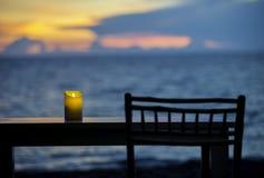 Una candela sulla tavola Fotografie Stock