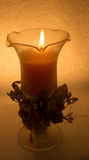 Una candela in un vetro su un fondo bianco immagine stock libera da diritti