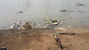 Una canna da pesca ? stata caduta nell'area del fiume immagini stock libere da diritti