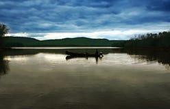Una canoa su un lago Immagine Stock