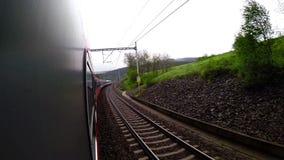 Una cantidad a bordo de la cámara: los barridos del paisaje adelante como el tren continúan montando almacen de metraje de vídeo