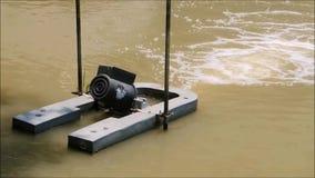Una cantidad de la máquina del sistema de tratamiento de aguas residuales que trabaja en una charca de agua metrajes