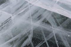 Una capa gruesa de hielo en las grietas y las burbujas del gas fotos de archivo