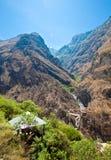 Una capanna alla tigre che salta gola vicino alla Shangri-La Fotografia Stock
