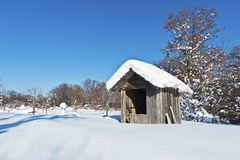Una capanna coperta di neve Immagini Stock