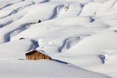 Una capanna della montagna nel paesaggio winterly alpino Immagine Stock
