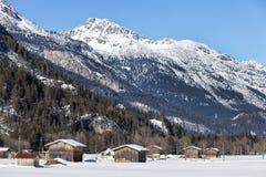 Una capanna della montagna nel paesaggio winterly alpino Immagine Stock Libera da Diritti