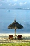 Una capanna della spiaggia e due sundecks sulla spiaggia Fotografia Stock