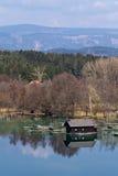 Una capanna di legno su un lago Fotografie Stock