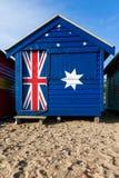 Una capanna iconica della spiaggia di Brighton dipinta nel colo australiano della bandiera fotografia stock libera da diritti