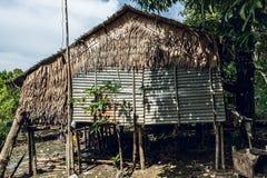Una capanna sulla riva al paesino di pescatori birmano fotografie stock libere da diritti