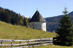 Una capilla vieja en montaña Fotografía de archivo