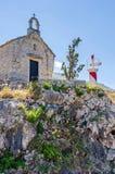Una capilla vieja y una torre ligera en Kotor, Montenegro Fotos de archivo